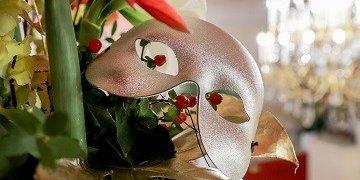 Header - Maske und Blumen Copyright Andreas Lepsi